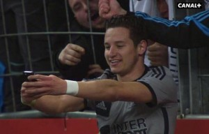 648x415_attaquant-om-florian-thauvin-prend-selfie-lors-match-contre-lens-22-mars-2015-stade-france